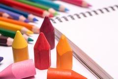 Färgrika färgpennor och blyertspennor Arkivfoto