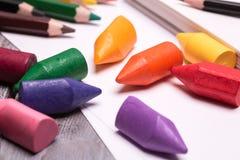 Färgrika färgpennor och blyertspennor Royaltyfri Fotografi