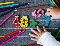Färgrika färgpennor och diagram med små litet barnhänder förträning Fotografering för Bildbyråer