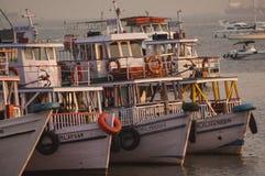 Färgrika färjor nära nyckeln till Indien Arkivfoton