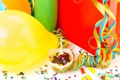 Färgrika födelsedaggåvaaskar på vit bakgrund F?delsedag, jul och partibegrepp arkivbilder