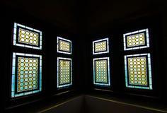 Färgrika fönster av slotten Arkivbild