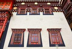 Färgrika fönster i den Songzanlin kloster i Zhongdian (Shangri-L Royaltyfria Foton