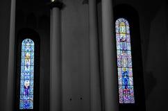 Färgrika fönster i kristen kyrka royaltyfri foto