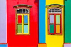 Färgrika fönster och detaljer på ett kolonialt hus i lilla Indien Royaltyfria Foton