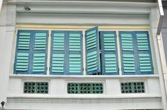 Färgrika fönster på ett shoppahus i Penang, Malaysia Royaltyfria Foton