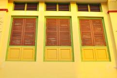 Färgrika fönster på ett shoppahus i Penang, Malaysia Fotografering för Bildbyråer