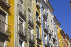 Färgrika facades i staden av Cuenca arkivfoton