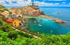 Färgrika fartyg i fjärden, Vernazza, Cinque Terre, Italien, Europa royaltyfri foto