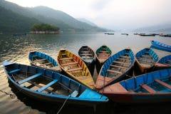 Färgrika fartyg i Phewa laken, Nepal Arkivbild