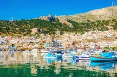 Färgrika fartyg i port på den grekiska ön, Grekland Arkivfoto