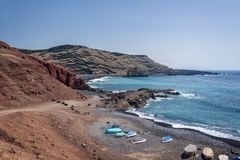 Färgrika fartyg på en strand i Lanzarote, kanariefågelöar Spanien royaltyfria bilder
