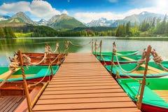 Färgrika fartyg, pir och härlig bergsjö, Strbske Pleso, Slovakien Royaltyfri Bild