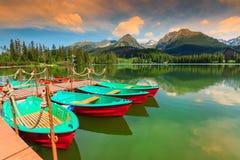 Färgrika fartyg, pir och härlig bergsjö, Strbske Pleso, Slovakien Royaltyfri Fotografi