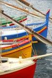 Färgrika fartyg som vilar i havet royaltyfri bild
