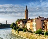 Färgrika fasader av hus på strand av den Adige floden, Verona Royaltyfri Bild