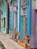 FÄRGRIKA FASADER I EN GATA AV HAVANNACIGARREN, KUBA Arkivbilder
