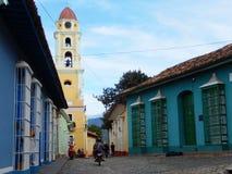 FÄRGRIKA FASADER OCH KYRKAN AV ST FRANCIS, TRINIDAD, KUBA Royaltyfri Bild