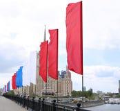 Färgrika festliga flaggor under en ferie i Moskva Royaltyfria Bilder