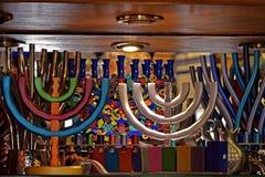 Färgrika festliga menoror och mång--färgade judiska ljusstakar på shoppar fönstret i Jerusalem, Israel royaltyfria bilder