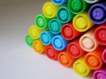 färgrika filtmarkörer öppnar röd spets för pennor Arkivfoton