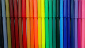 färgrika filtmarkörer öppnar röd spets för pennor Arkivbilder