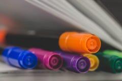 Färgrika filtpennor på anteckningsboken, closeup Begrepp av idérikt royaltyfria bilder