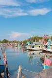 Färgrika fiskebåtar i det Thailand fotografiet LoppSouth East Asia fotografi LoppSouth East Asia fotografi Arkivbilder