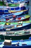 Färgrika fiskebåtar i fiskehamn i Las Galletas på Tenerife Arkivfoto