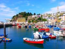 Färgrika fiskebåtar i Luarca, Asturias, Spanien Arkivfoto