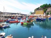 Färgrika fiskebåtar i Luarca, Asturias, Spanien Royaltyfri Foto