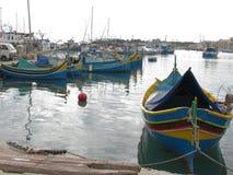 Färgrika fiskebåtar i porten malta marsaxlokk royaltyfria foton
