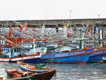 Färgrika fiskebåtar i Thailand royaltyfri bild
