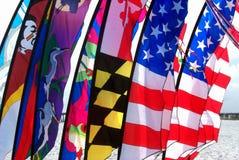 färgrika flaggor för strand royaltyfria bilder
