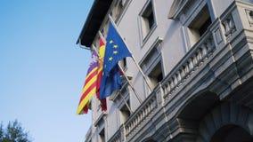 Färgrika flaggor från olika länder på byggnadsbakgrund materiel Flaggor av europeiska länder på fasaden av lager videofilmer