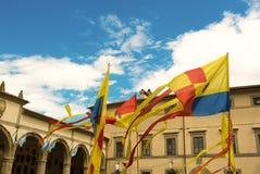 Färgrika flaggor som vinkar i den medeltida staden av Cortona Royaltyfria Foton