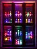 Färgrika flaskgarneringar på fönster Arkivbild