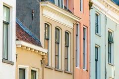 Färgrika forntida hus i den holländska staden av Zutphen royaltyfri bild