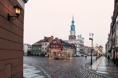 Färgrika forntida hyreshusar och forntida stadshus i den gamla marknadsfyrkanten, Poznan, Polen Fotografering för Bildbyråer