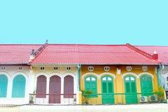 Färgrika franska koloniala hus, Cambodja Arkivbild