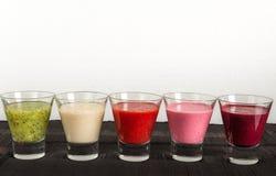 Färgrika frukt- och grönsaksmoothies för frukost Arkivbild