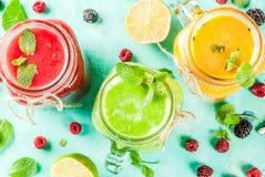 Färgrika frukt- och veggiesmoothies royaltyfri foto