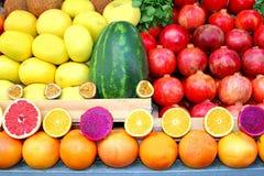Färgrika frukter för sortiment, Carmel marknad, Tel Aviv arkivbilder