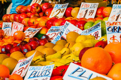 Färgrika frukter på marknad Fotografering för Bildbyråer
