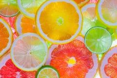 Färgrika frukter som skivas Arkivbilder