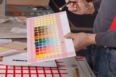 Färgrika fyrkanter - konstnär som skapar konstverk Royaltyfri Fotografi