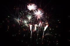 Färgrika fyrverkerier exploderar i himmel royaltyfria foton