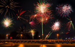 Färgrika fyrverkerier för nytt år på natthimlen Arkivfoton