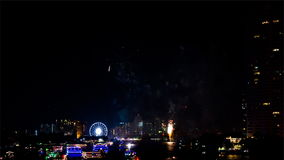 Färgrika fyrverkerier i beröm för nytt år på Bangkok Thailand arkivfilmer