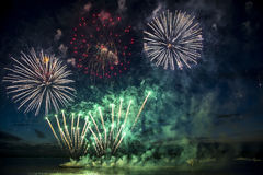 Färgrika fyrverkerier på himmelbakgrunden över Royaltyfri Foto